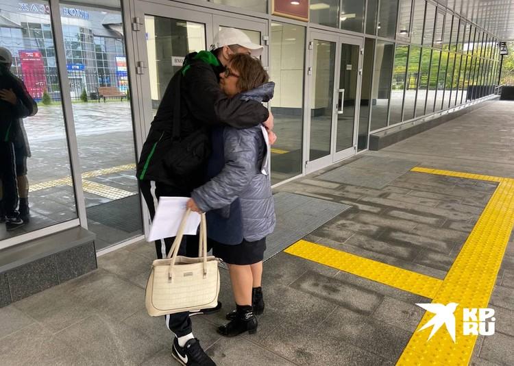 Александр и его адвокат Галина Иванцова обнимаются у здания суда, где только что получили на руки оправдательный приговор