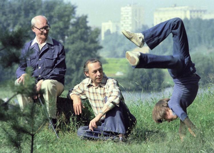Олег Ефремов (в центре) с отцом Николаем Ивановичем (слева) и сыном Михаилом (справа) на прогулке. 1977 г.