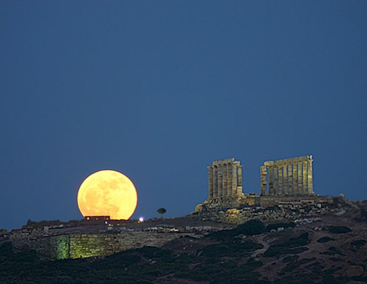 Суперлуна в 2005 году. Вид из Греции