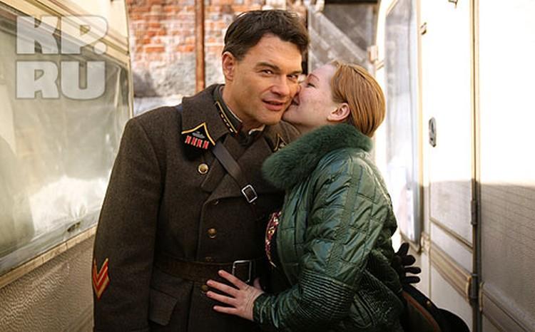 Самарские поклонницы Дятлова стремились сфотографироваться с актером: поцелуй на память