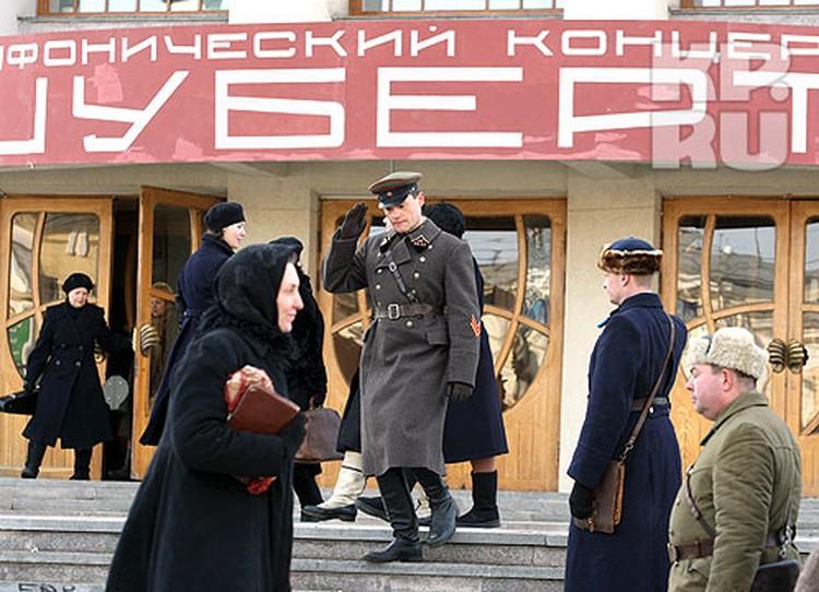 Самарская филармония преобразилась на время съемок: появился кумачовый транспорант, по лестнице ходили люди в одежде военных времен...