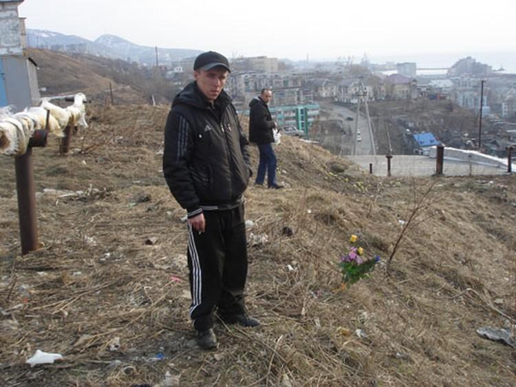 Дядя Сергей поставил венок на место трагедии.