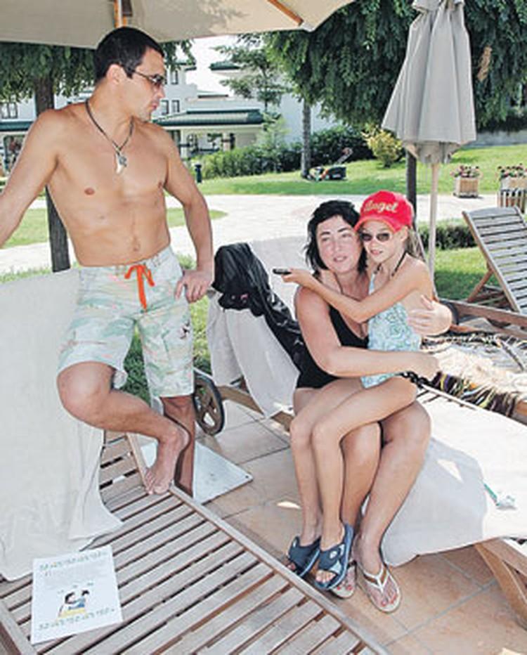 С мужем Дмитрием и дочкой Евой Лолита счастлива.