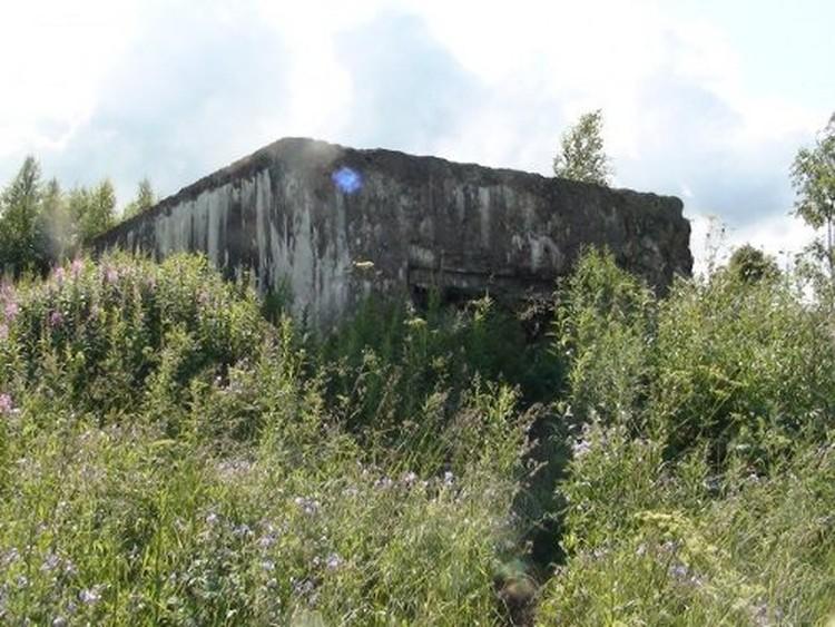 Это бетонное сооружение имеет несколько ярусов, настоящая крепость под землей.