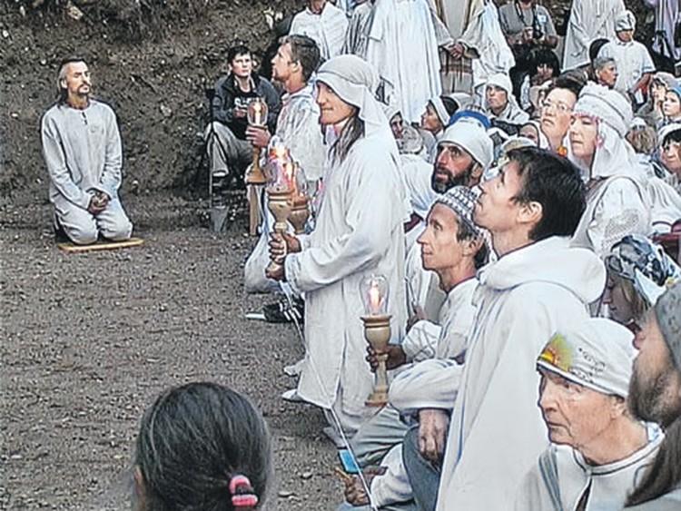 Три раза в год виссарионовцы собираются у горы Сухой послушать своего «учителя».