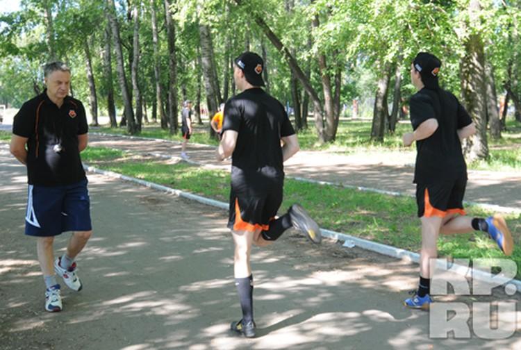 Главный тренер Юрий Новиков следит за подготовкой.