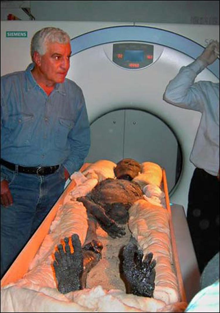 Захи Хавасс (слева) во время томографии мумии Тутанхамона