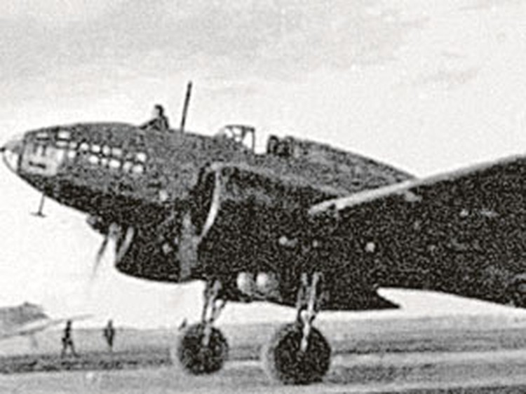 Первым в августе 1941 года Берлин бомбил полковник Е. Преображенский на самолете ДБ-3Ф. Он и его экипаж получили за это по две тысячи рублей
