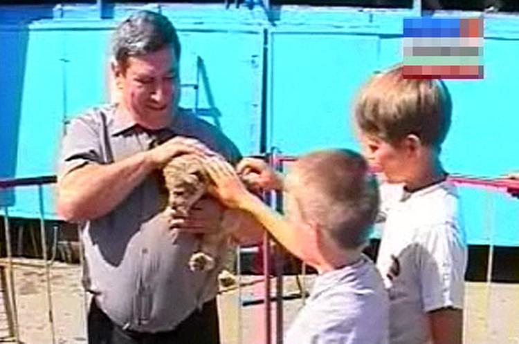 Детям не терпится погладить маленьких хищников