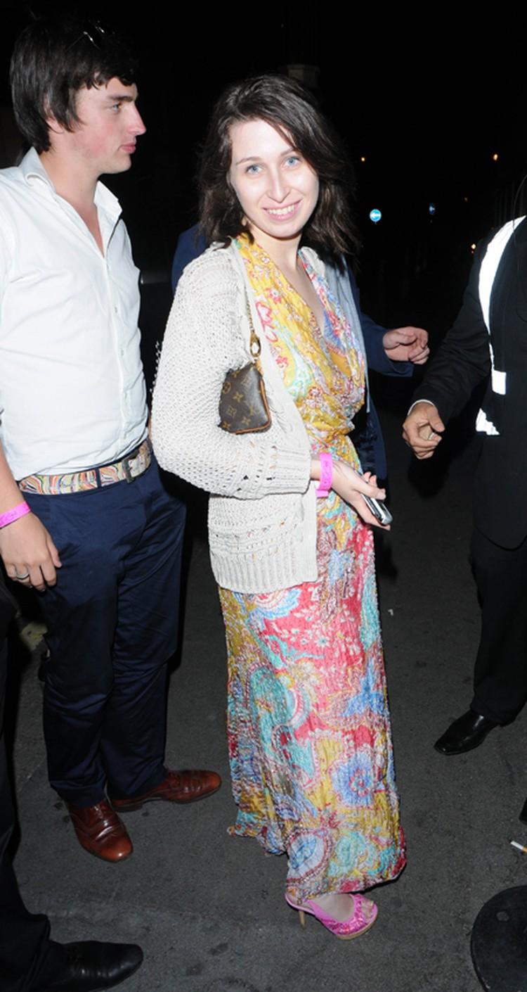 Анна Абрамович на вечеринке в конце июля. Сарафан с модным цветочным принтом и светлая ажурная кофточка: уже лучше! Фото: All Over Press.
