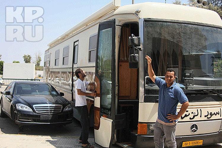 В этом автопоезде Каддафи любил путешествовать по пустыне. Рядом — бронированный «Мерседес» охраны. Пули не смогли пробить стекла.