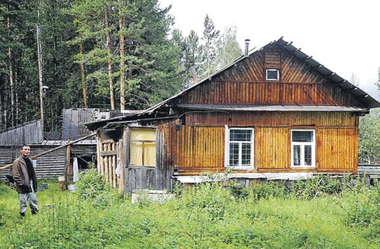 В этом домишке жил тот самый Красноперов-Лебедев (на снимке - его работник). Согласитесь, совсем не жилье наркобарона