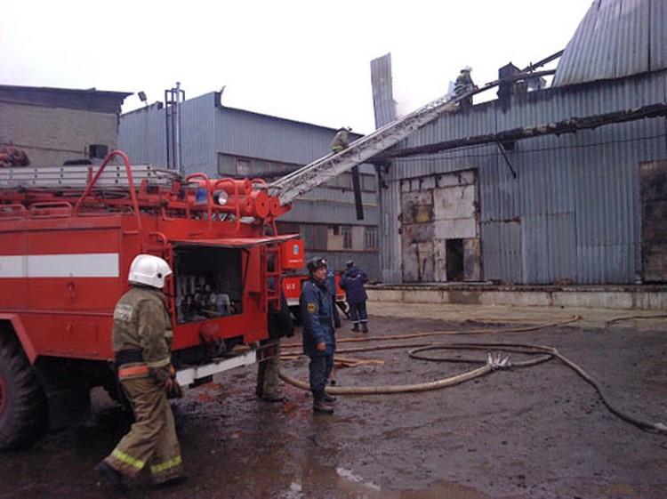 Мебельный склад тушат четыре пожарные машины.