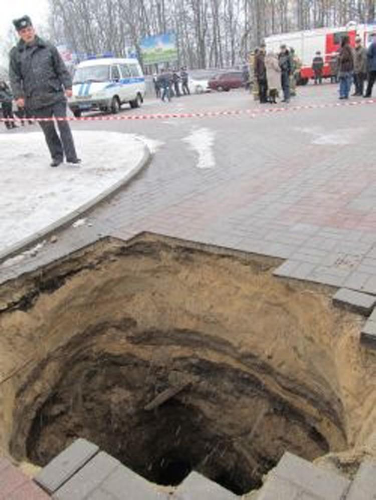 В эту страшную яму провалились мама с ребенком.