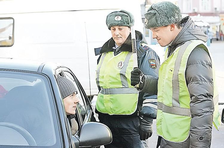 Нарушитель Зубов (справа) быстро освоился в новой роли гаишника и спуску недавним своим товарищам по автотрассе давать ни в какую не хотел.