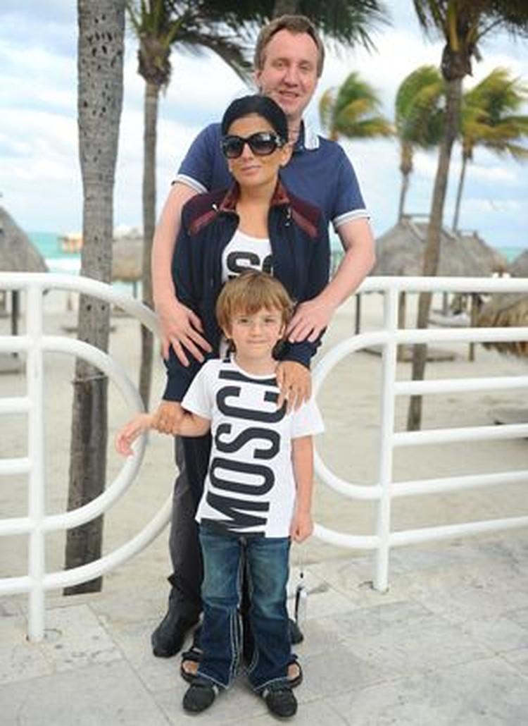 Диана Гурцкая отдыхала в Майами вместе с мужем и сыном. Но собственностью здесь пока не обзавелась, ждет еще большего падения цен.