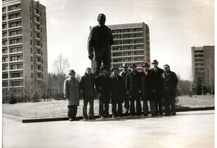 Брат Юрия Гагарина (третий справа) на экскурсии в Звездном городке.