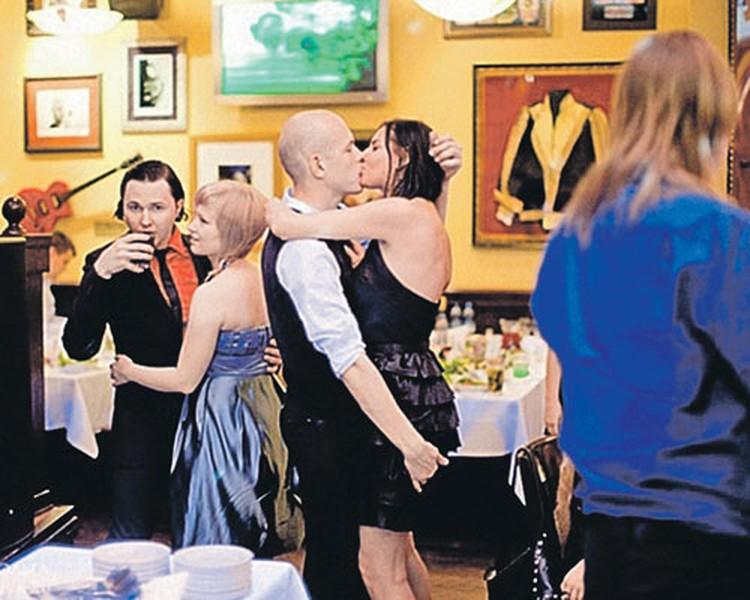 ... и демонстративная любовь к Тине на вечеринке.