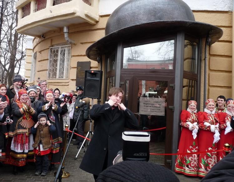 В Воронеже Сергей Безруков вошел в образ Сергея Есенина и также по-хулигански свистел.
