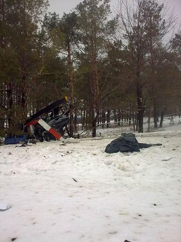 Обломки рухнувшего вертолета удалось обнаружить с воздуха