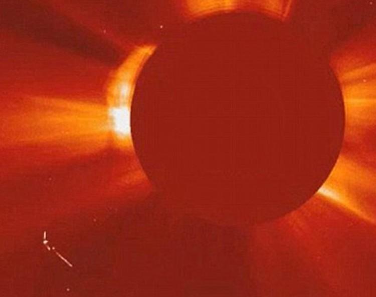 """Изображение, переданное зондом SOHO. """"Корабль"""" - чуть левее и ниже Солнца"""