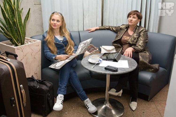 Сопровождает Ланскую в поездке Ольга Зиновая, бывший продюсер Гюнешь