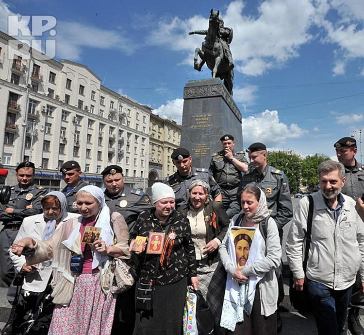 Весьма скромно выглядели и ряды вышедших протестовать против срамного шоу представителей православных общин
