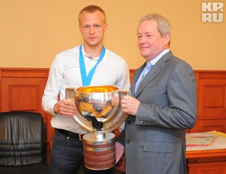 Нуьернатор Виктор Басаргин не удержался, чтобы не сфотографироваться с чемпионом и трофеем.
