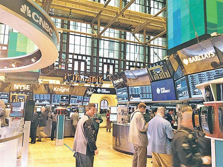Торговый зал Нью-Йоркской фондовой биржи - внутри тихо и благостно. Торгуют акциями роботы, люди молчаливо приглядывают за программами.