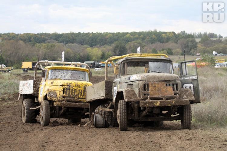После суперзаезда еще долго побитые грузовики организаторы соревнований убирали с трассы.