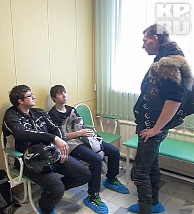 Стоят в очереди, как и другие пациенты