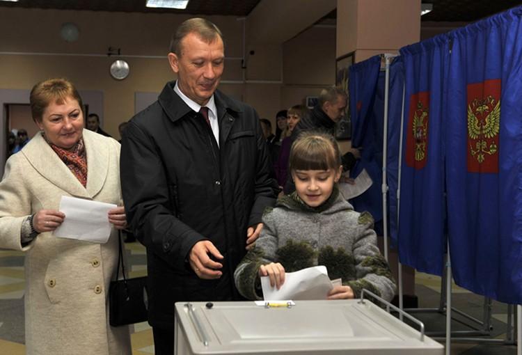 Николай Денин пришел на свой избирательный участок со своей супругой Надеждой Ивановной и внучкой Александрой.