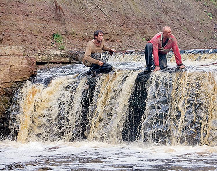 Машков и Смоляков сами спускаются на край водопада.