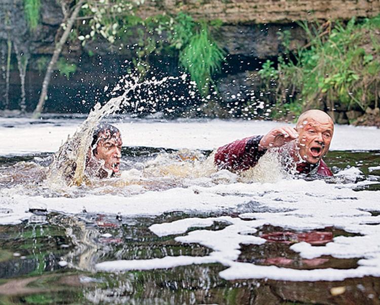 Зато барахтаются в воде и выплывают актеры лично.
