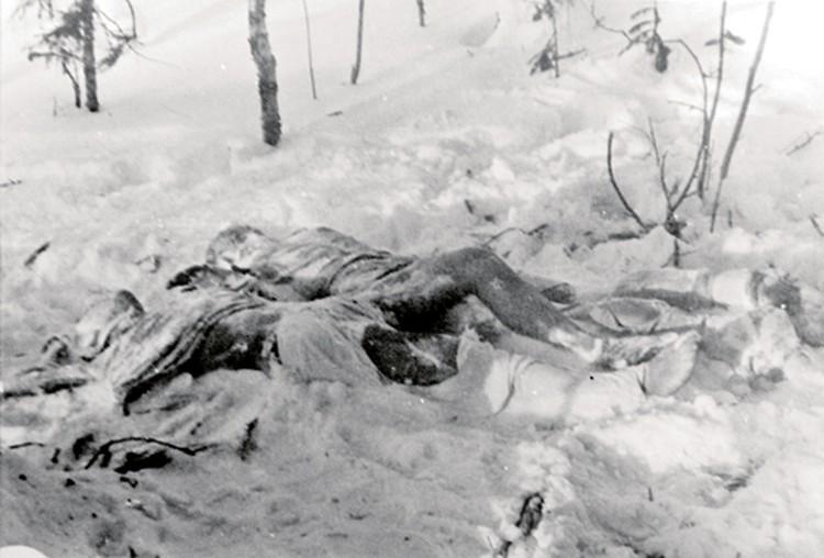 На этом фото из уголовного дела отчетливо видно, что Георгий Кривонищенко и Юрий Дорошенко были найдены почти раздетыми. Очевидно, что одежда с ребят была кем-то срезана.