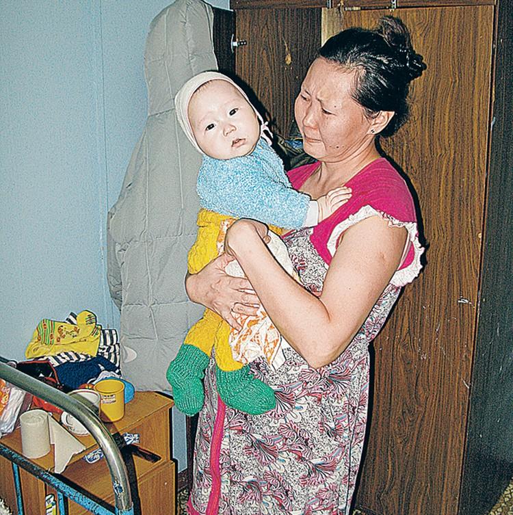 Жена Виктора Комарова Лада с сыном Ильей. Она все еще надеется увидеть мужа живым.