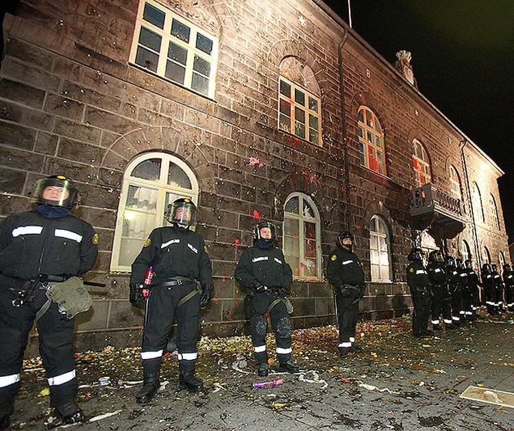 Полицейские у здания парламента Исландии