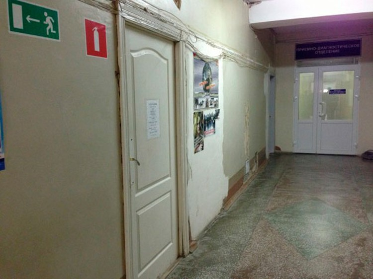 На первом этаже больницы царит разруха.