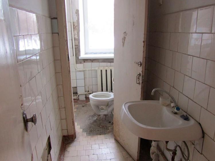 В большинстве помещений на первом этаже больницы давно облезла краска о стен, а в полу дыры.