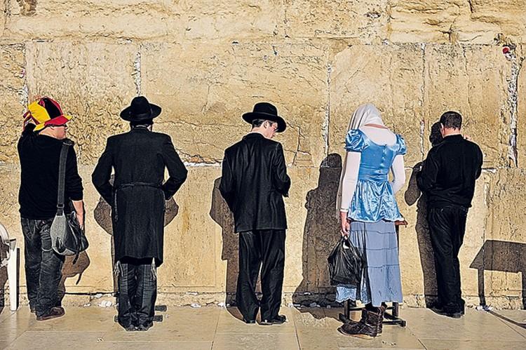 Редкая картина в Иерусалиме - женщине позволили помолиться у Стены Плача. Обычно такие попытки заканчиваются кровопролитием.