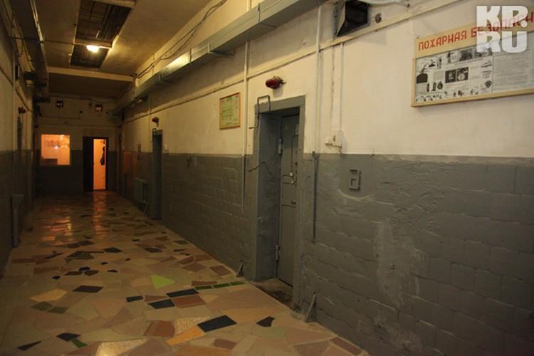 Зайти в этот блок незамеченным не получится. Как только открывается входная дверь, сразу же орет сигнализация и замолкает только после того, как дверь захлопнут.  На фото коридор первого этажа. Здесь, только в разных камерах, сидят обвиняемые в жестоком у
