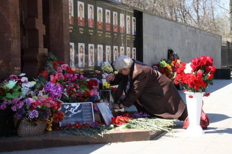 Цветы воруют постоянно, но каждый день они снова появляются на Аллее Славы.