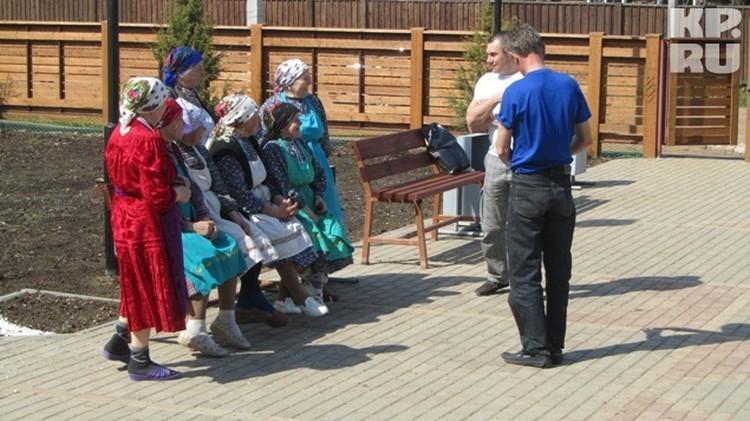 Бабушки исполнили песню на удмуртском языке, словно посылая за тысячу верст пожелание для Дины Гариповой