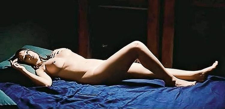 Чтобы не заставлять зрителя ждать, Моника представала обнаженной в первой же сцене «того лета страсти».