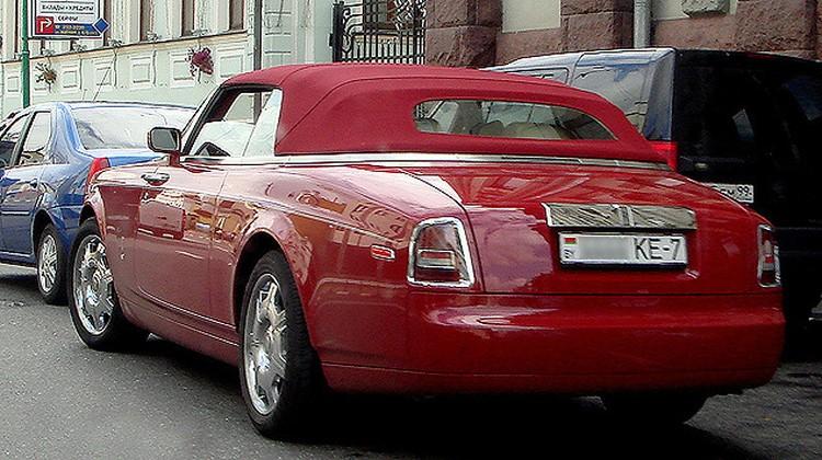 Экстравагантное ярко-красное купе с мягкой крышей часто видят не только в Минске, но и на Рублевке.