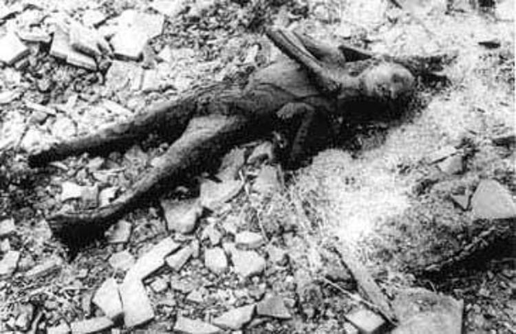 Фото обгоревшего тела ребенка на руинах города