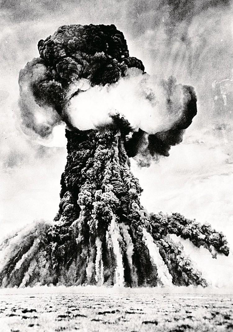 Сила взрыва водородной бомбы составила 1,6 миллиона тонн тротила. Земля в радиусе нескольких десятков километров превратилась в стекло.
