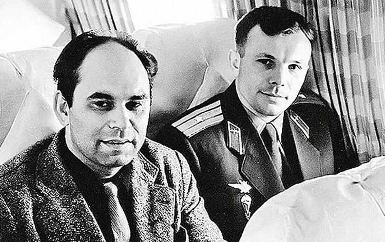 Легенды комсомола- космонавт номер один Юрий Гагарин иавтор первого в мире репортажа о нем (конечно, в«Комсомолке»!) Василий Песков. Апрель 1961-го.