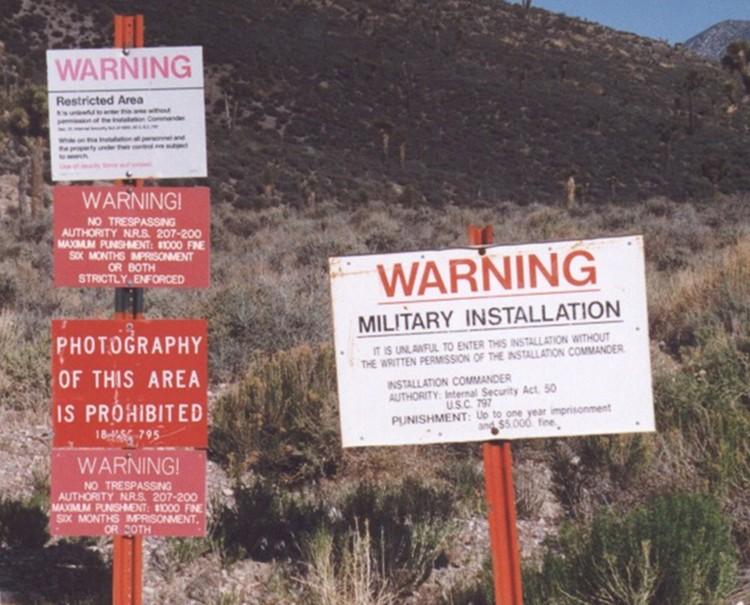 """Пододы к """"зоне"""" утыканы предупреждающими надписями"""