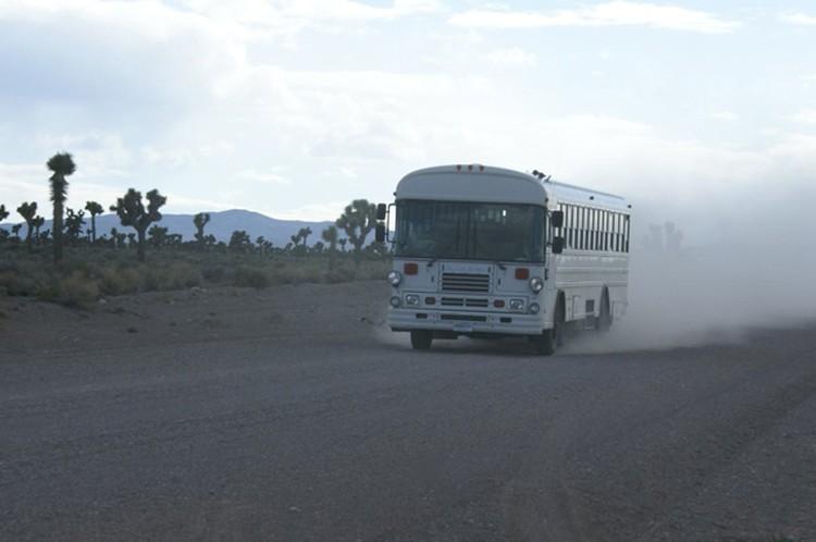 """Служщих возят в """"зону"""" на автобусах с черными стеклами"""